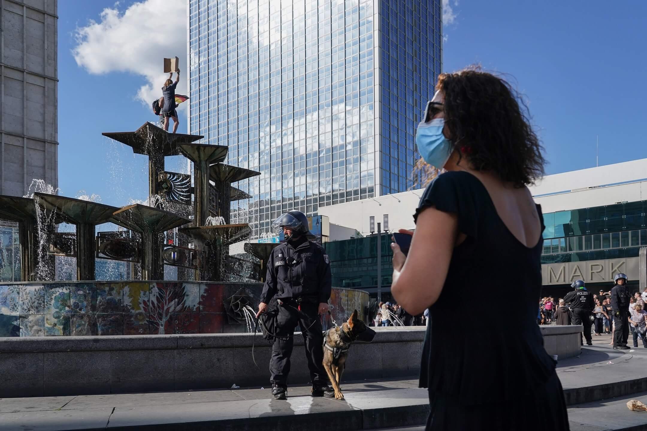 2020年5月9日,德國首都柏林有示威抗議政府的嚴苛防疫政策。 攝:Sean Gallup/Getty Images