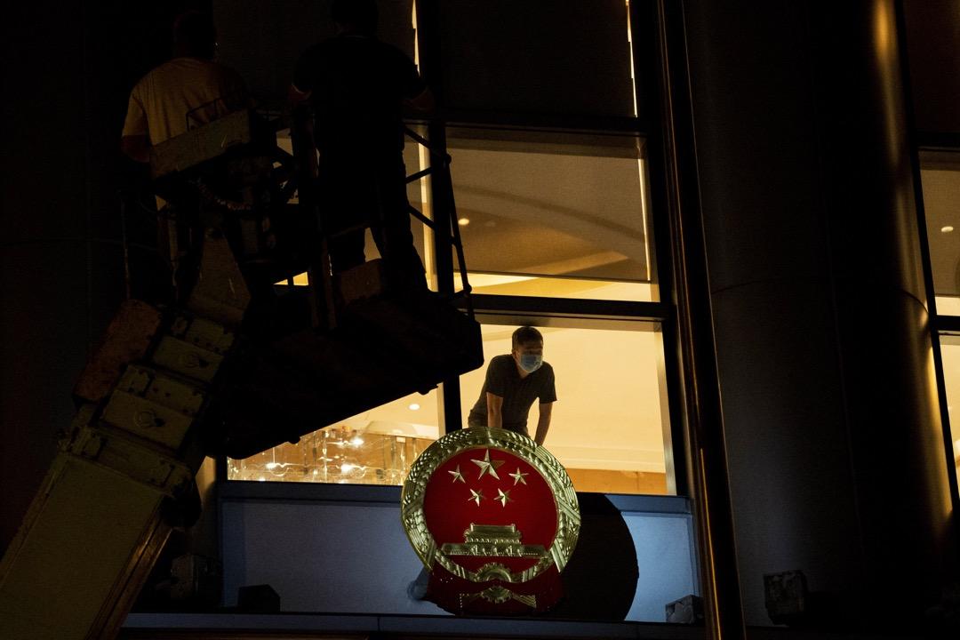 2020年12月8日凌晨,銅鑼灣維景酒店掛起中華人民共和國國徽,中共駐港國安公署臨時辦公室就設於此。