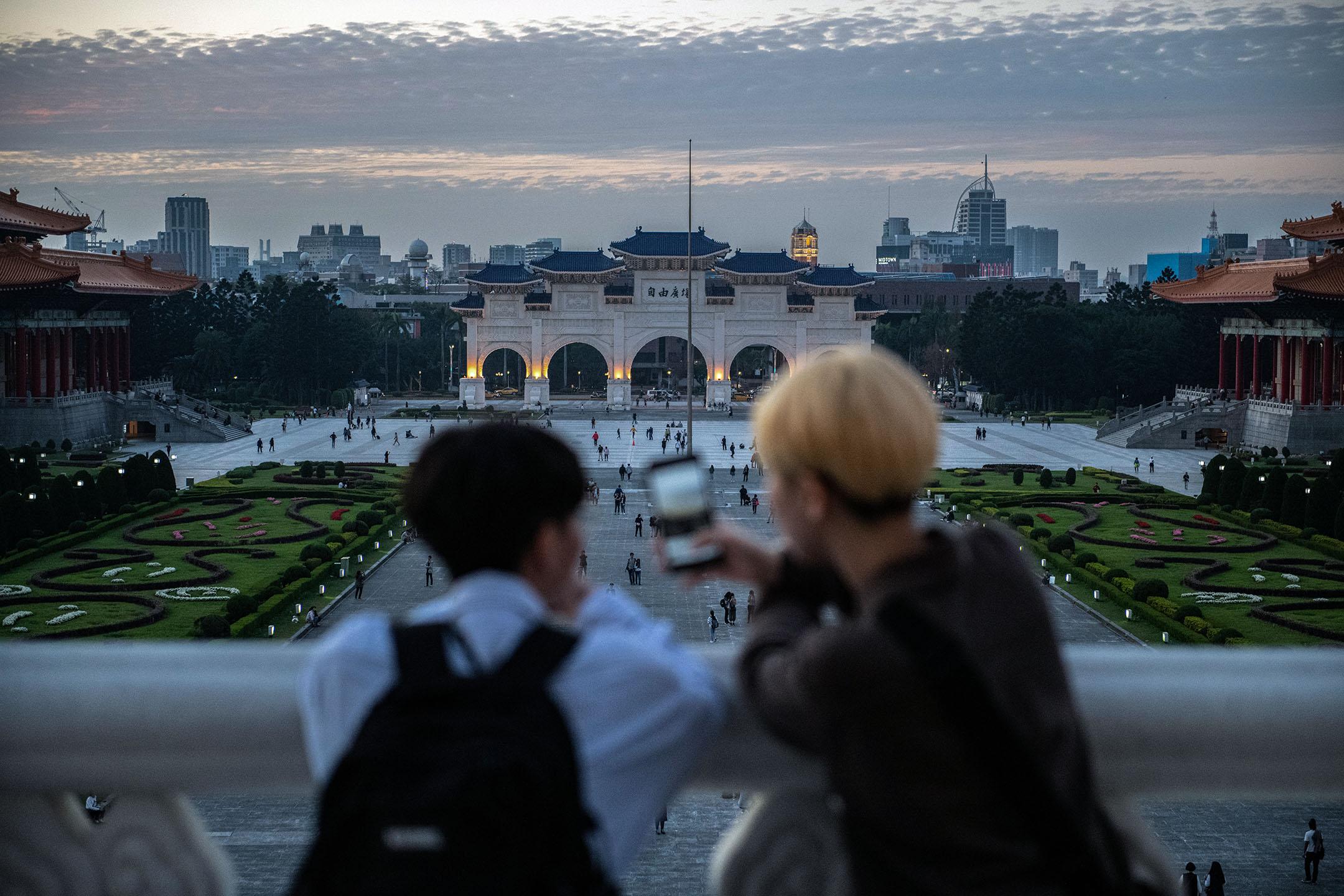 2020年1月7日台北,市民在中正紀念堂看電話。 攝:Carl Court/Getty Images