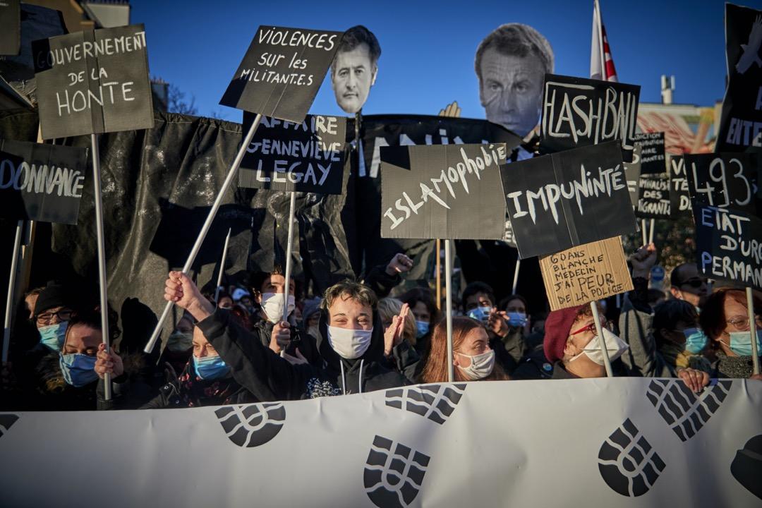2020年11月28日,法國首都巴黎,市中心有示威抗議政府通過《全面安全法》,示威者舉起總統馬克龍的肖像,指其有患有「伊斯蘭恐懼症」。