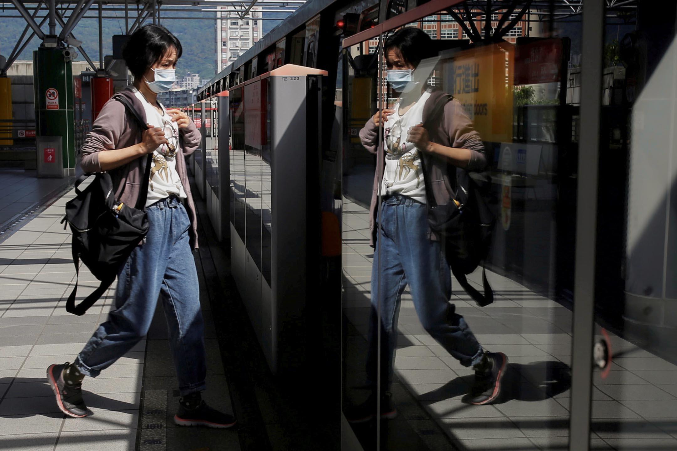 2020年4月30日台北,一名婦女戴著口罩乘搭捷運。