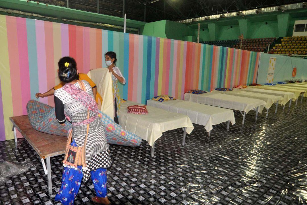 2021年4月19日,印度阿薩姆邦古瓦哈提(Guwahati),工作人員在英迪拉·甘地體育場準備疫情感染者床位。 攝:Anuwar Ali Hazarika/Getty Images