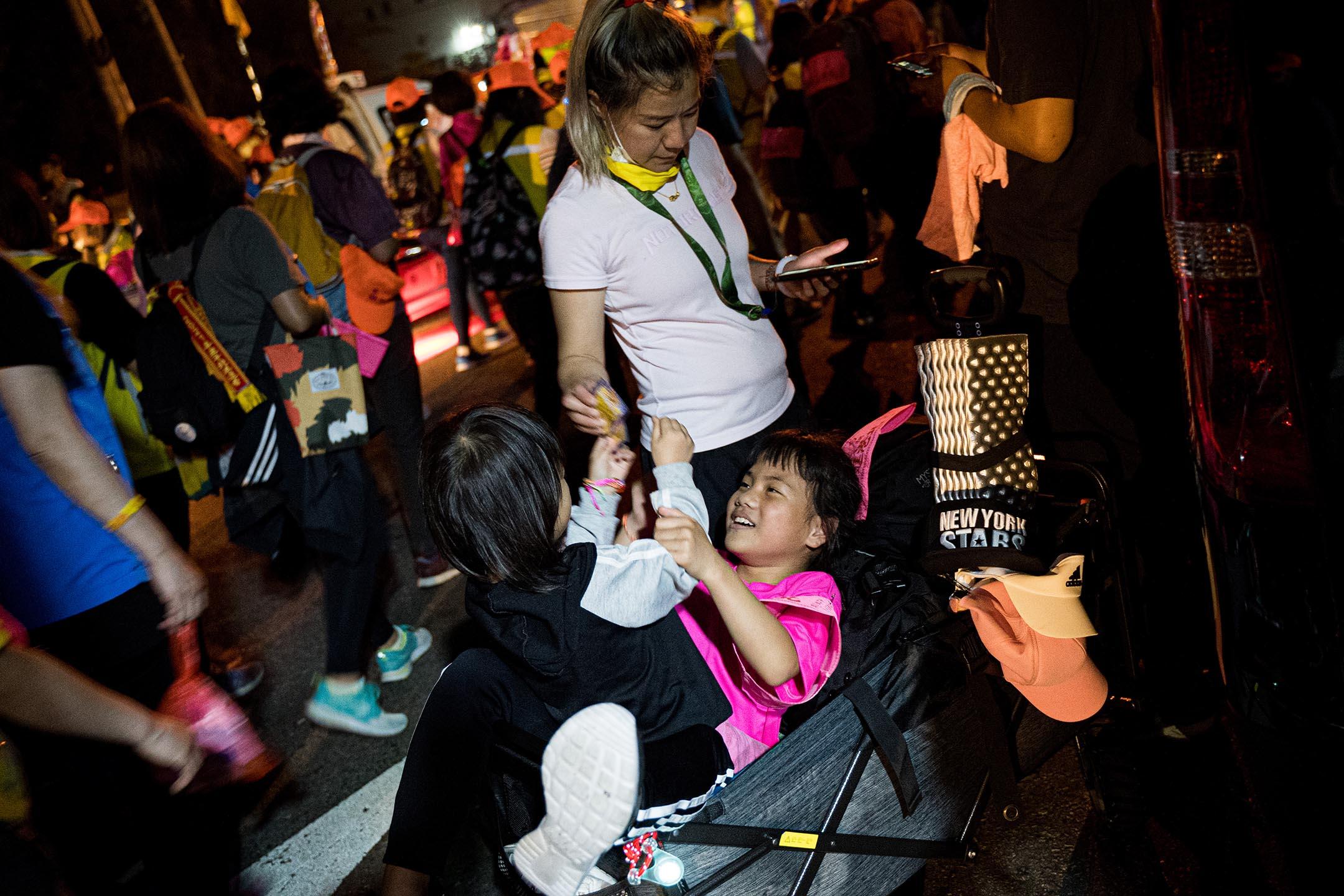 隊伍行進中,不時可見爸媽推著嬰孩車參與。