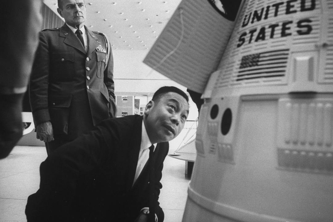 1965年,時任台灣國防部長的蔣經國訪問美國,期間到訪航天中心。 攝:Donald Uhrbrock/The LIFE Images Collection via Getty Images/Getty Images