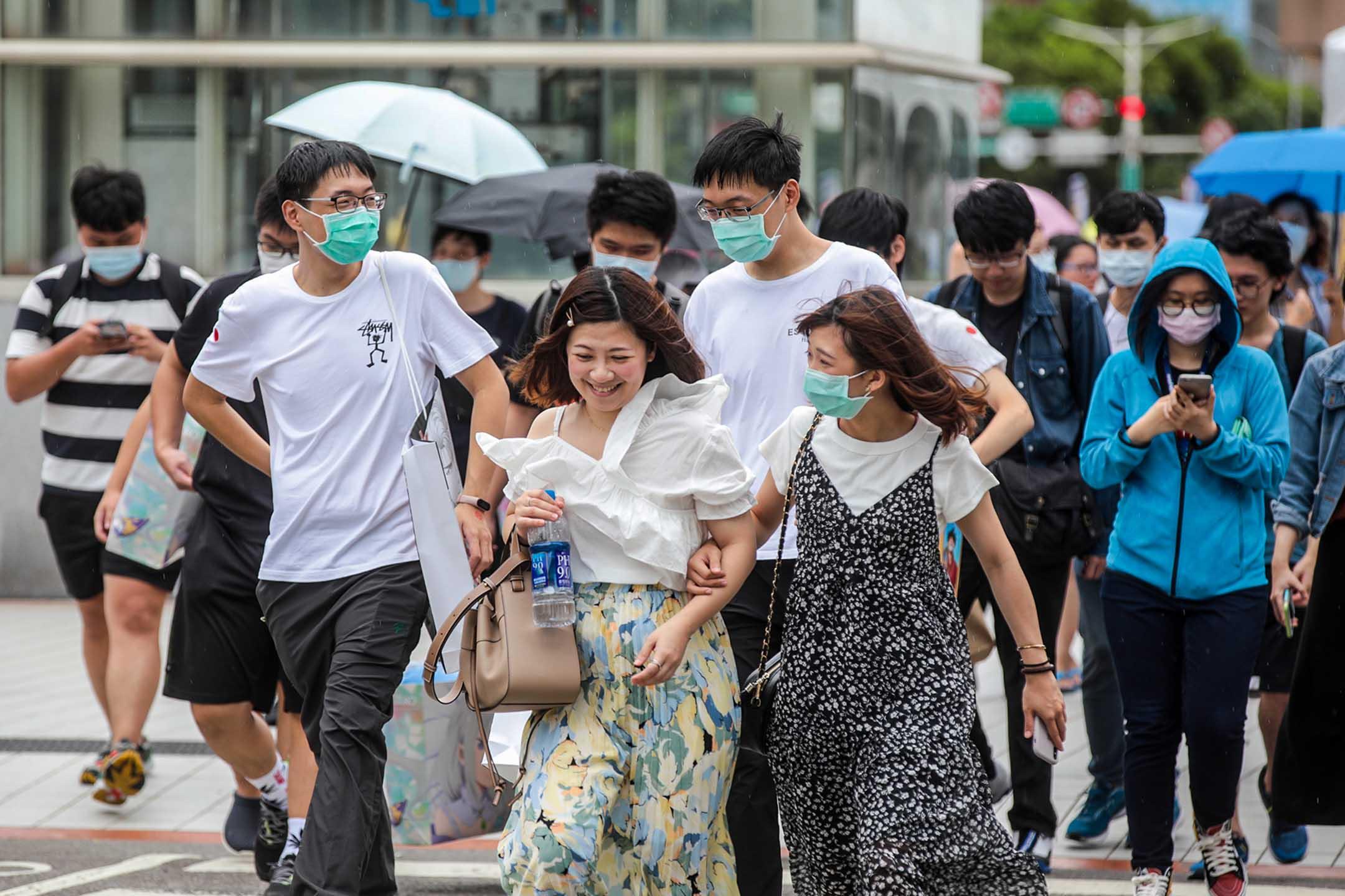 2020年7月30日台灣台北,行人橫穿馬路。