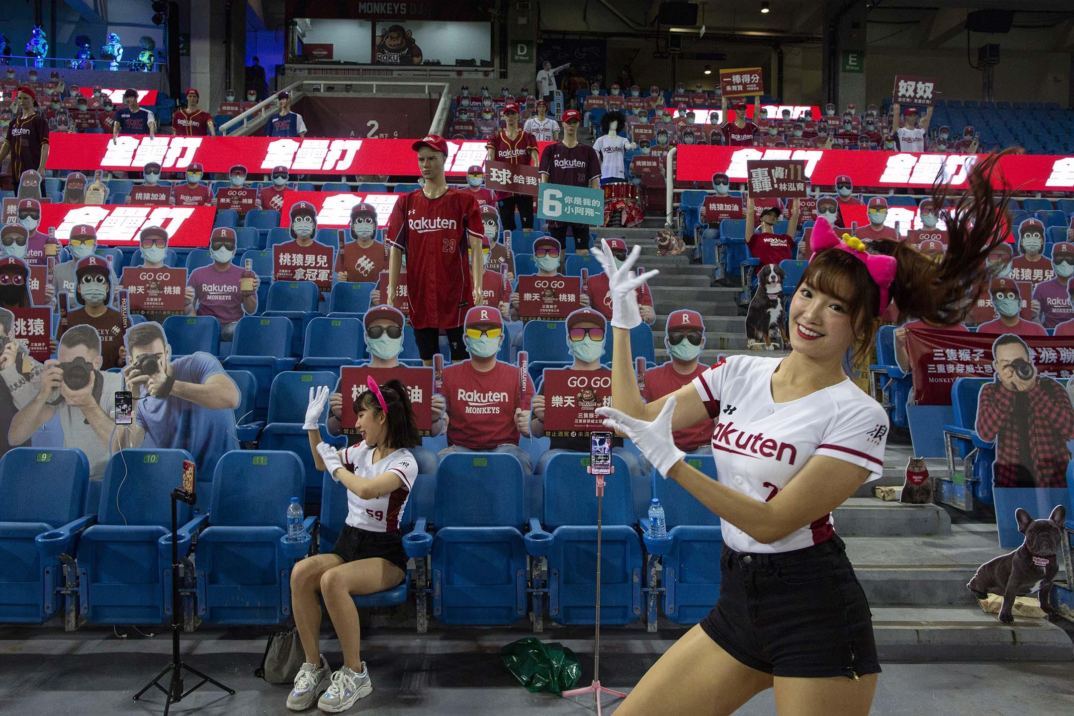 2020年4月15日,桃園國際棒球場,台灣中華職棒樂天桃猿的啦啦隊於比賽期間跳舞,為防2019冠狀病毒,於是閉門作賽,主辦方準備了紙板球迷,啦啦隊員亦以網上直播的方式與觀眾交流。