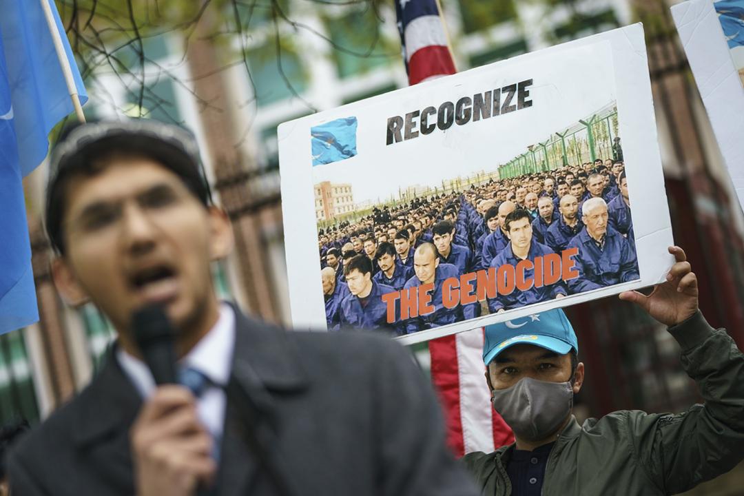 2021年4月16日,一批示威人士在英國駐美國大使館外集會,促請英國下議院通過認定中國在新疆實行種族滅絕的議案。 攝:Drew Angerer / Getty Images