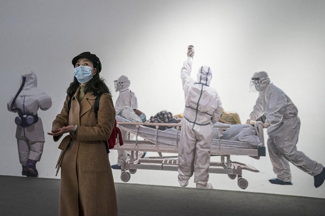 2021年1月30日,武汉,一名戴著口罩的女士参观武汉抗击新冠病毒的展览。