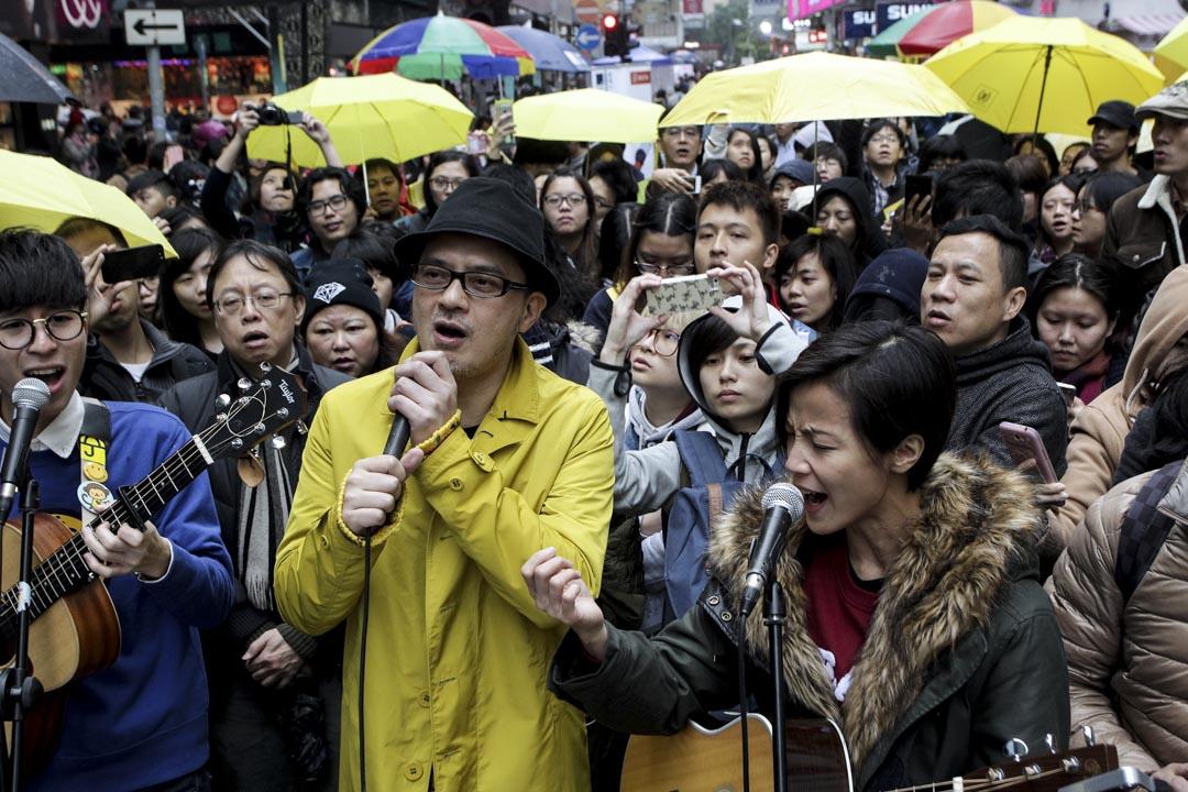 2014年12月25日,黃耀明與何韻詩在一個活動上演唱聖誕歌及「撐起雨傘」等歌曲。