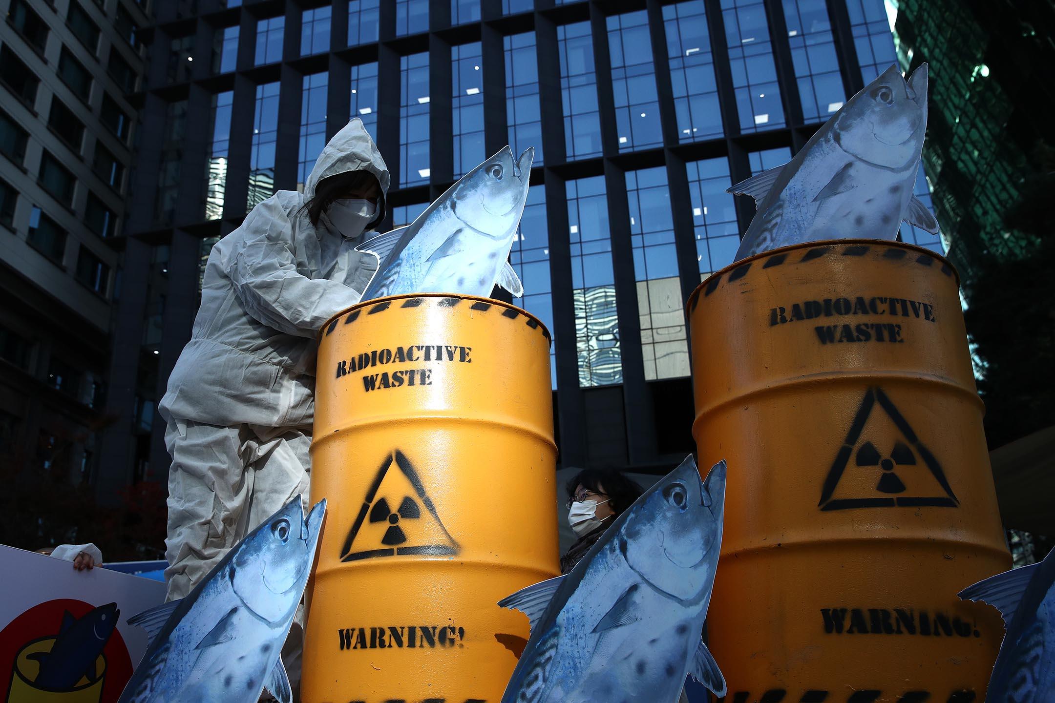 2020年11月09日韓國漢城日本大使館前,環保主義者反對日本政府對核廢水的處理。 攝:Chung Sung-Jun/Getty Images