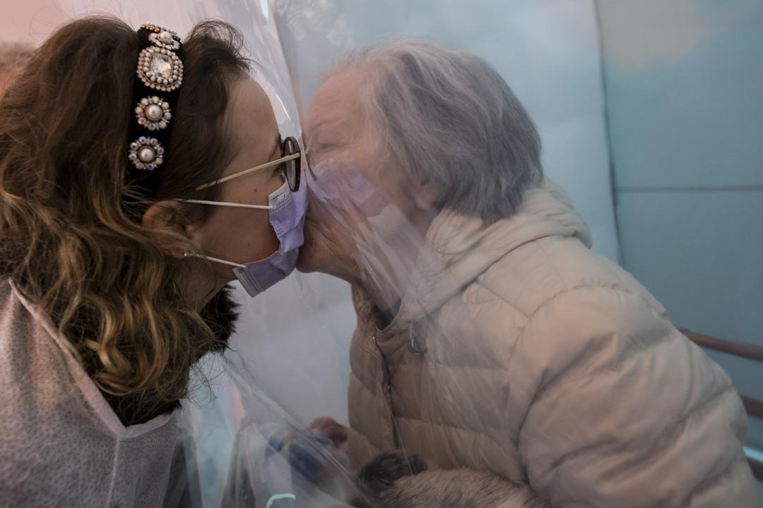 2020年12月10日,意大利一位長者和女兒因新冠疫情被迫分離九個月後,在一間特別房間中見面。