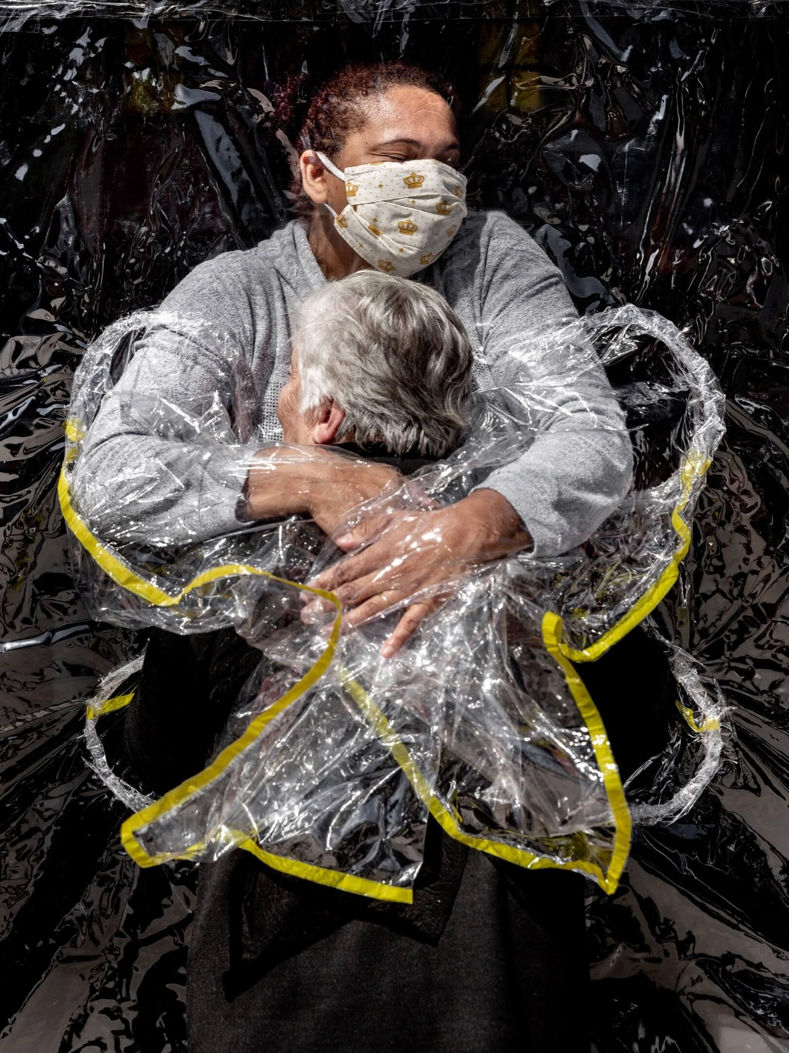 2020年8月5日,巴西城市聖保羅,85歲婦人 Rosa Luzia Lunardi 與安老院護士 Adriana Silva da Costa Souza 擁抱,這是她5個月來首次擁抱。 攝:Mads Nissen/Politiken/Panos Pictures