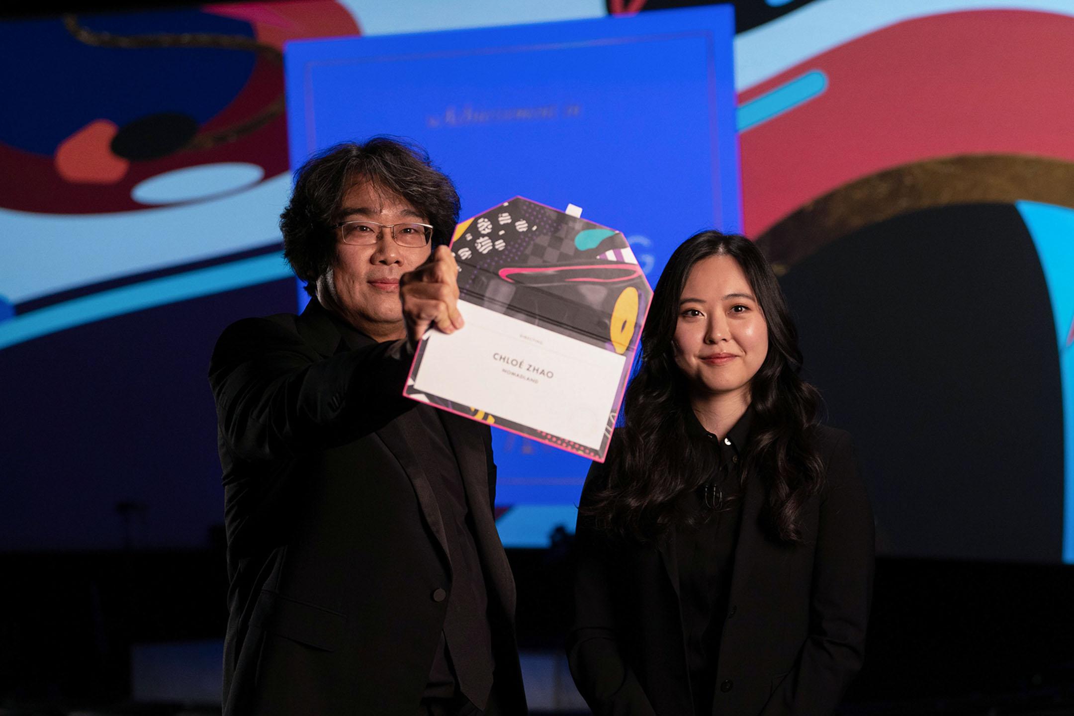 2021年4月25日洛杉磯,奉俊昊在第93屆奧斯卡金像獎頒獎典禮上頒發最佳導演獎。