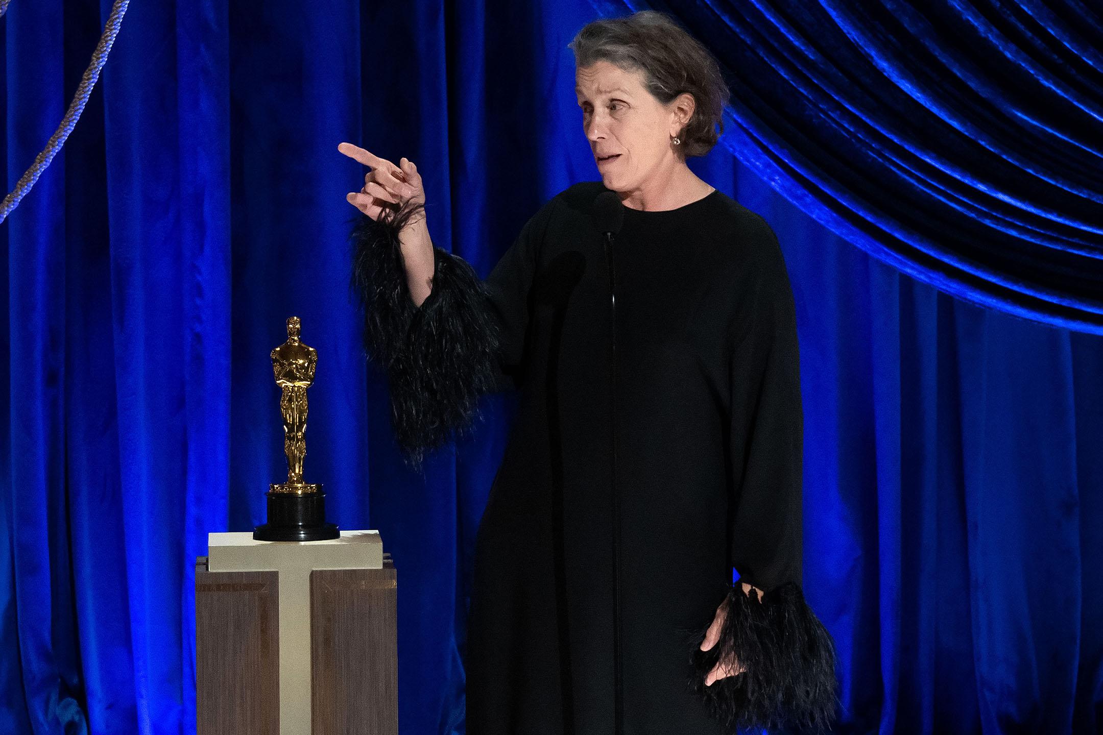 2021年4月25日洛杉磯,法蘭西絲.麥多曼(Frances McDormand)憑《游牧人生》獲奧斯卡最佳女主角獎。
