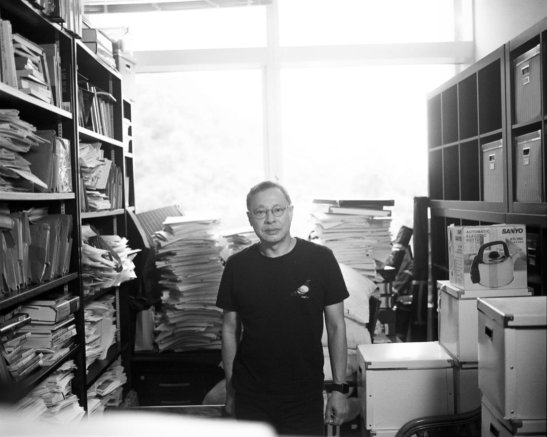 戴耀廷被香港大學解僱後,在執拾中的辦公室內。