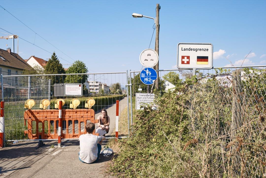 2020年4月25日,德國與瑞士邊境城鎮里恩,一對情侶在邊界線會合。