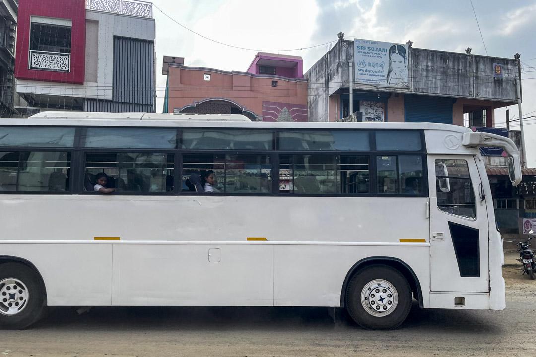 女工在下班後乘坐巴士回宿舍。