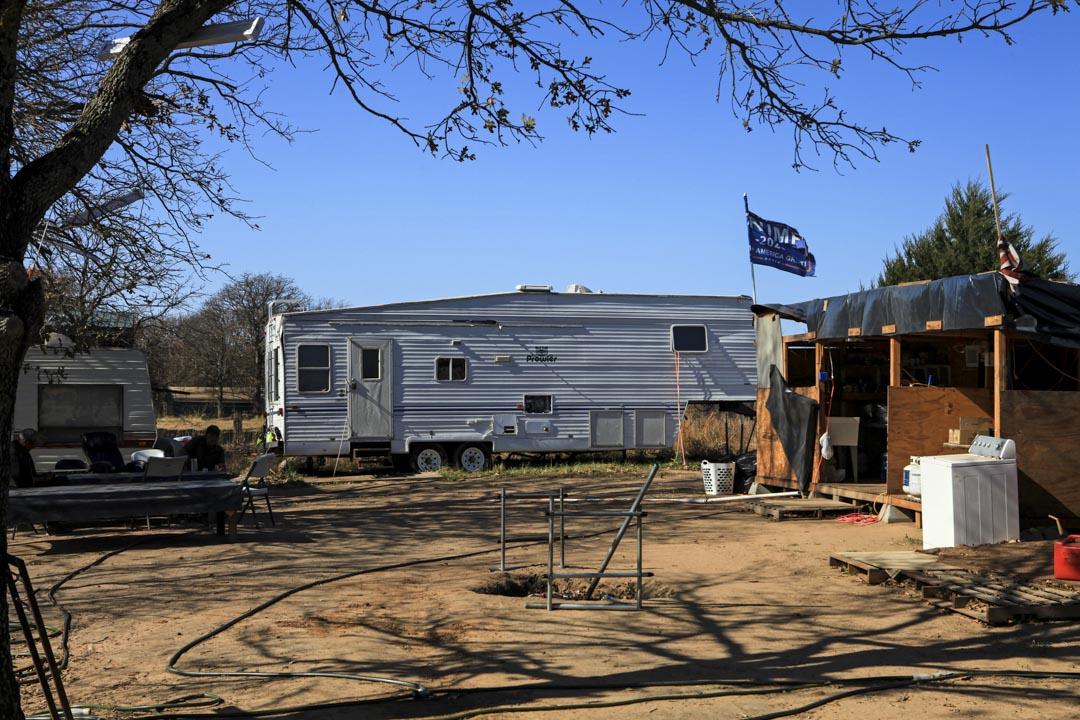 簡陋的房車就相當於大佛農場員工的宿舍。