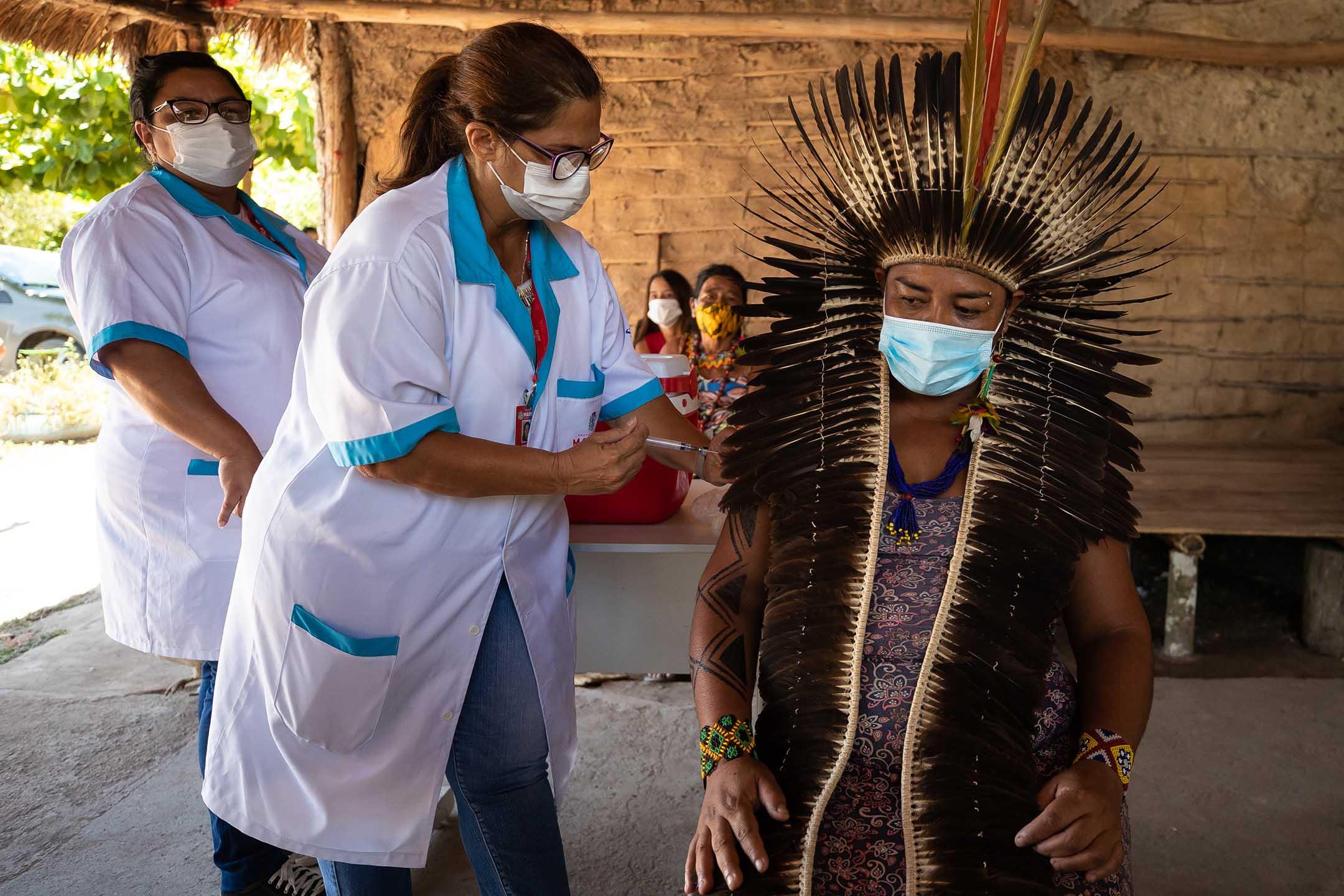 2021年1月20日巴西馬里卡,一名酋長進行2019冠狀病毒疫苗接種期間,護士將科興疫苗注射在手臂上。