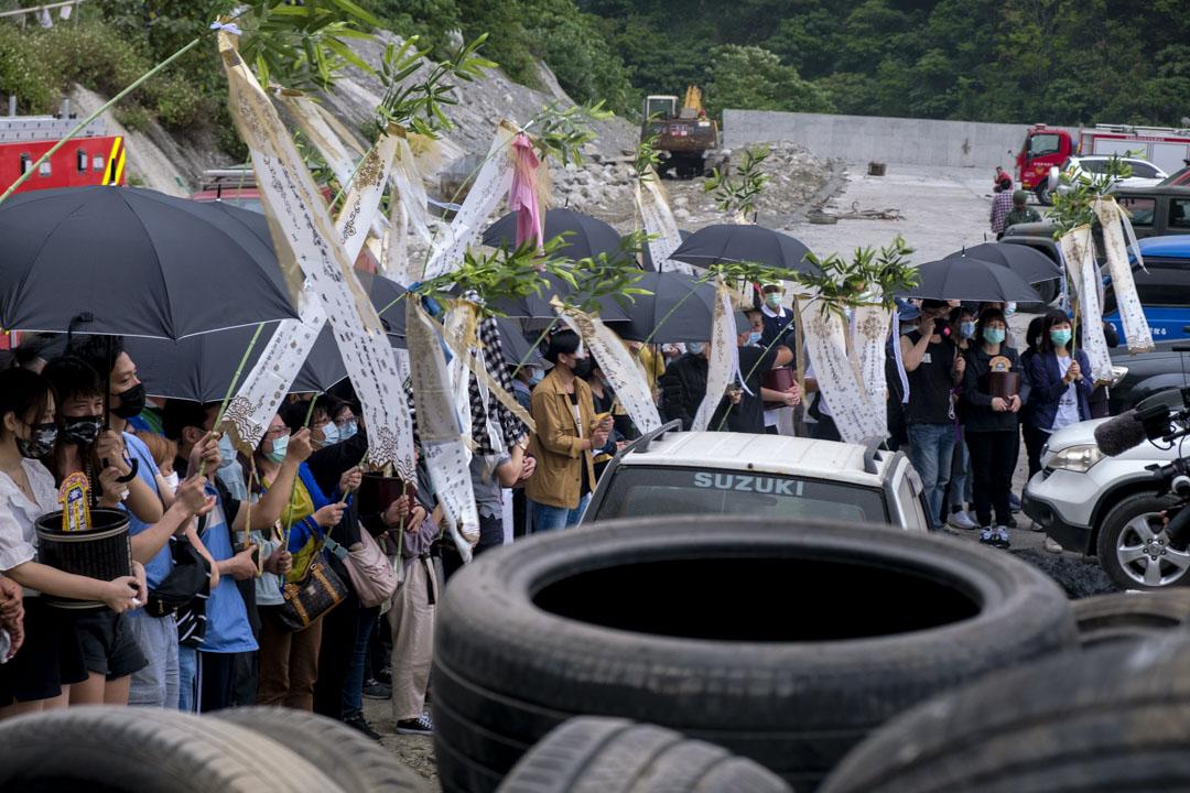 2021年4月3日,罹難者家屬在太魯閣號出軌事故現場進行路祭及招魂儀式,現場氣氛哀傷。