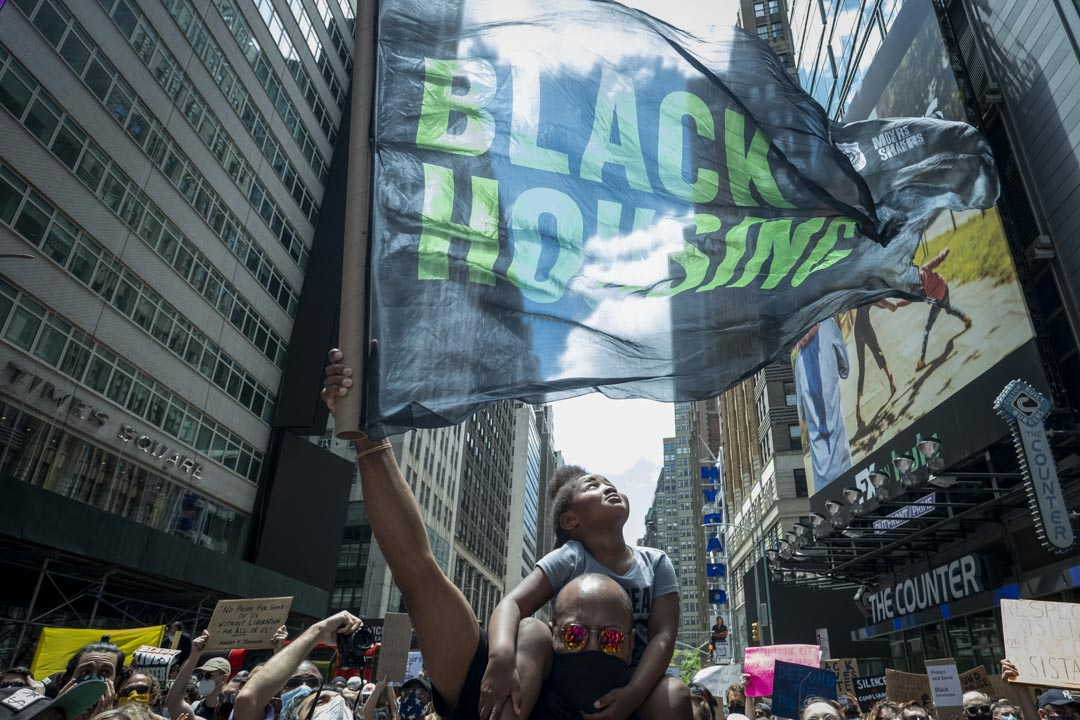 2020年6月7日,美国纽约曼哈顿区有纪念乔治-弗洛伊德(George Floyd)的抗警游行。