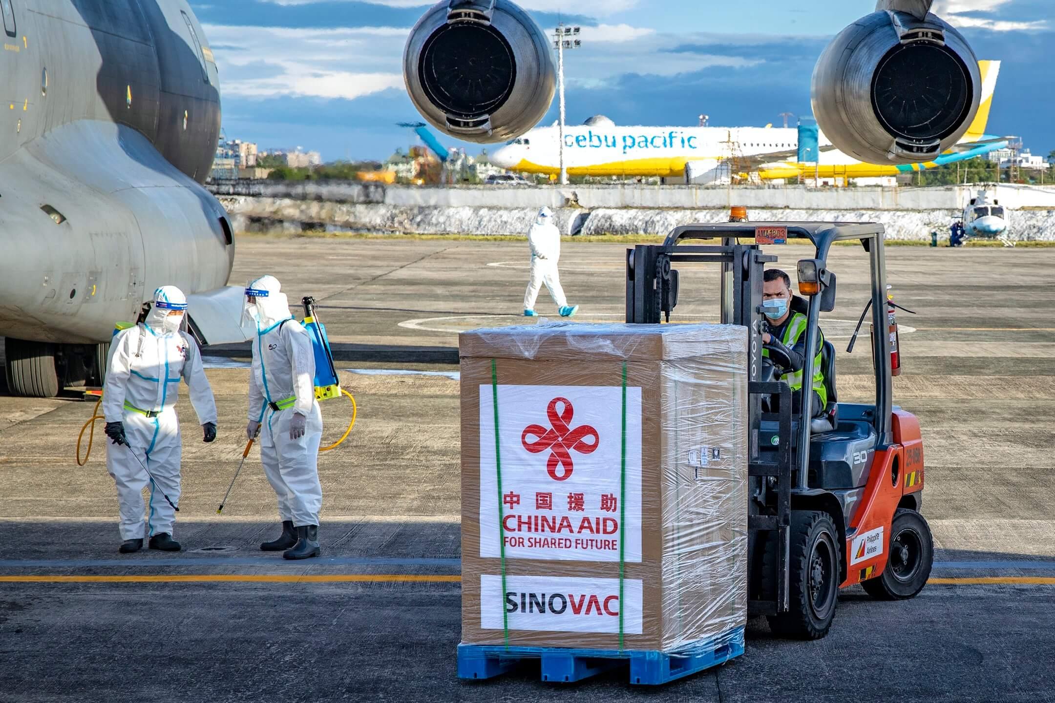2021年2月28日菲律賓馬尼拉,科興疫苗抵達尼諾伊阿基諾國際機場,從中國空軍飛機上卸下。 攝:Ezra Acayan/Getty Images