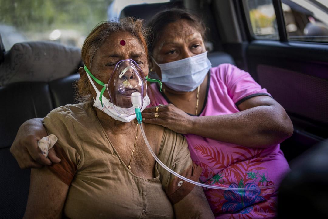 2021年4月24日,印度新德里的錫克教教堂,有車輛提供車內氧氣設施予有需要的新冠患者。 攝:Altaf Qadri/AP/達志影像