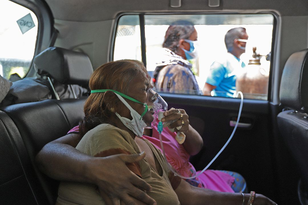 2021年4月25日,印度加濟阿巴德(Ghaziabad),一名2019冠狀病毒感染者吸氧。 攝:Amarjeet Kumar Singh/Getty Images