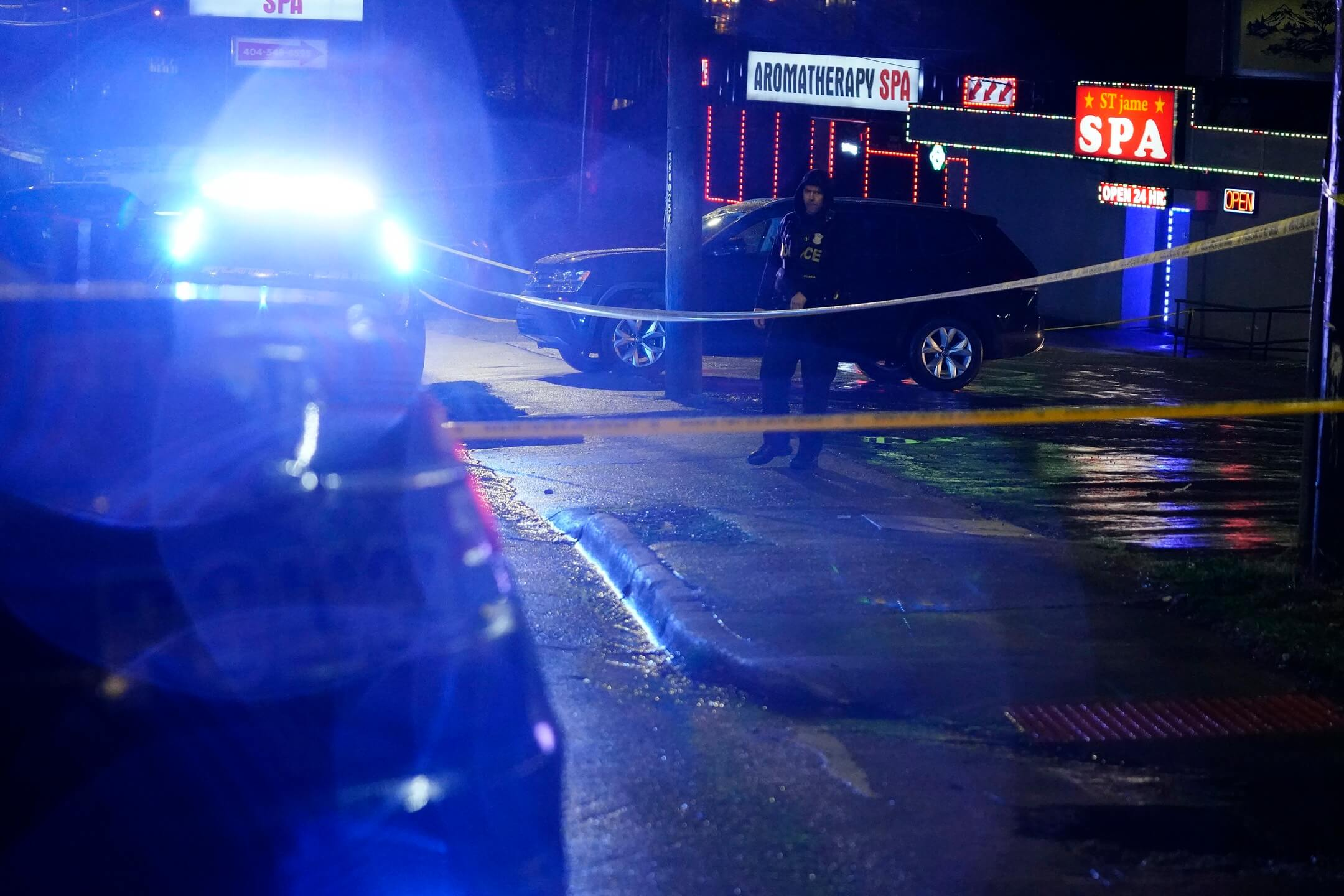 2021年3月16日,美國佐治亞州亞特蘭大市發生槍擊案,事件造成8人死亡,其中6名為亞裔女性。圖為當晚警員到場後設起封鎖線。 攝:Brynn Anderson/AP/達志影像
