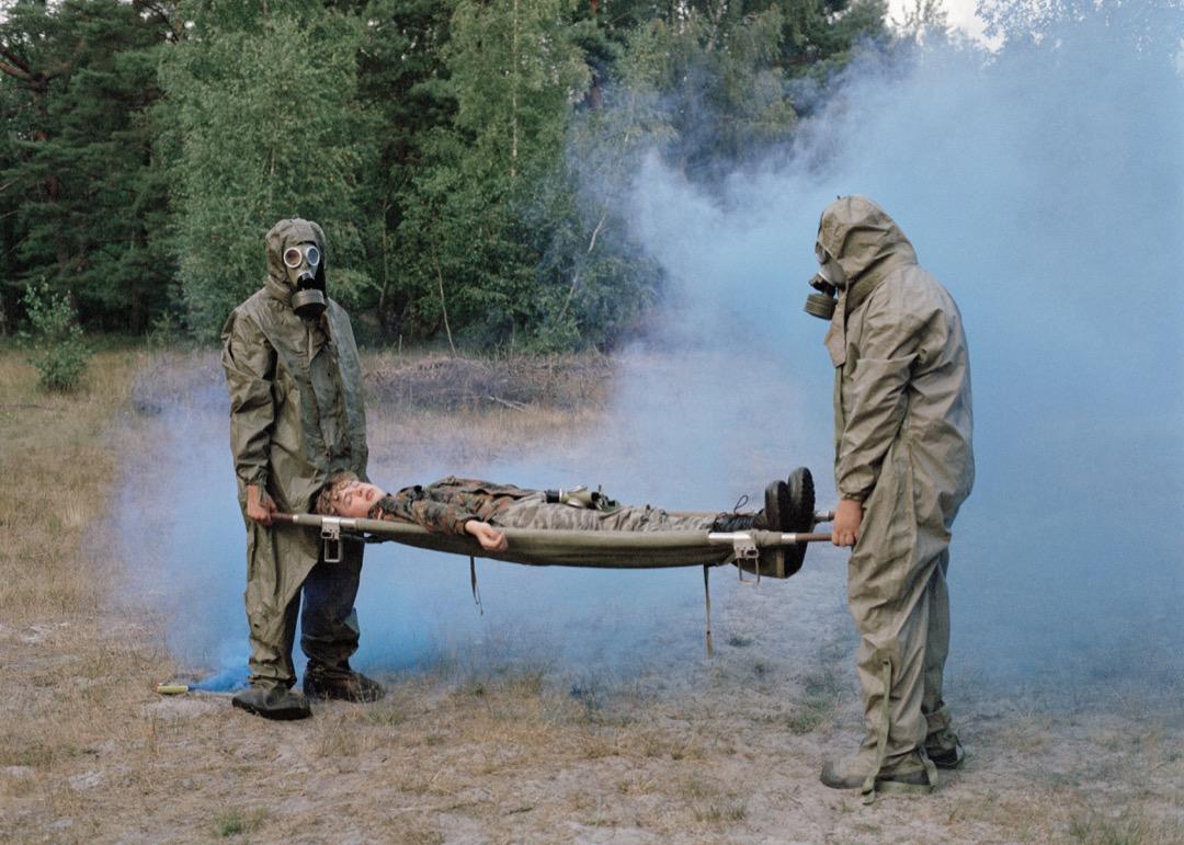 2020年8月7日,波蘭岸邊小鎮 Mrzeżyno,Piotr、Jurek 與 Tomek 參與一項模擬空氣受污染的演習。