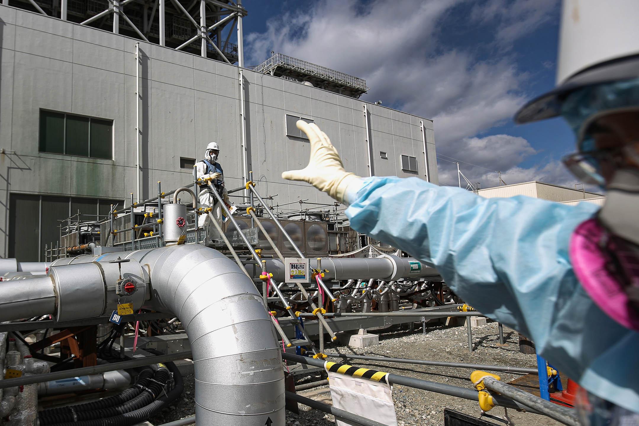 2021年2月25日,工作人員在福島第一核電廠工作。