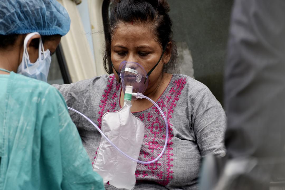 2021年4月22日在印度加爾各答,一名「2019 冠狀病毒」確診病人在一家政府醫院接受治療,獲安排吸氧。 攝:Indranil Aditya / NurPhoto via Getty Images