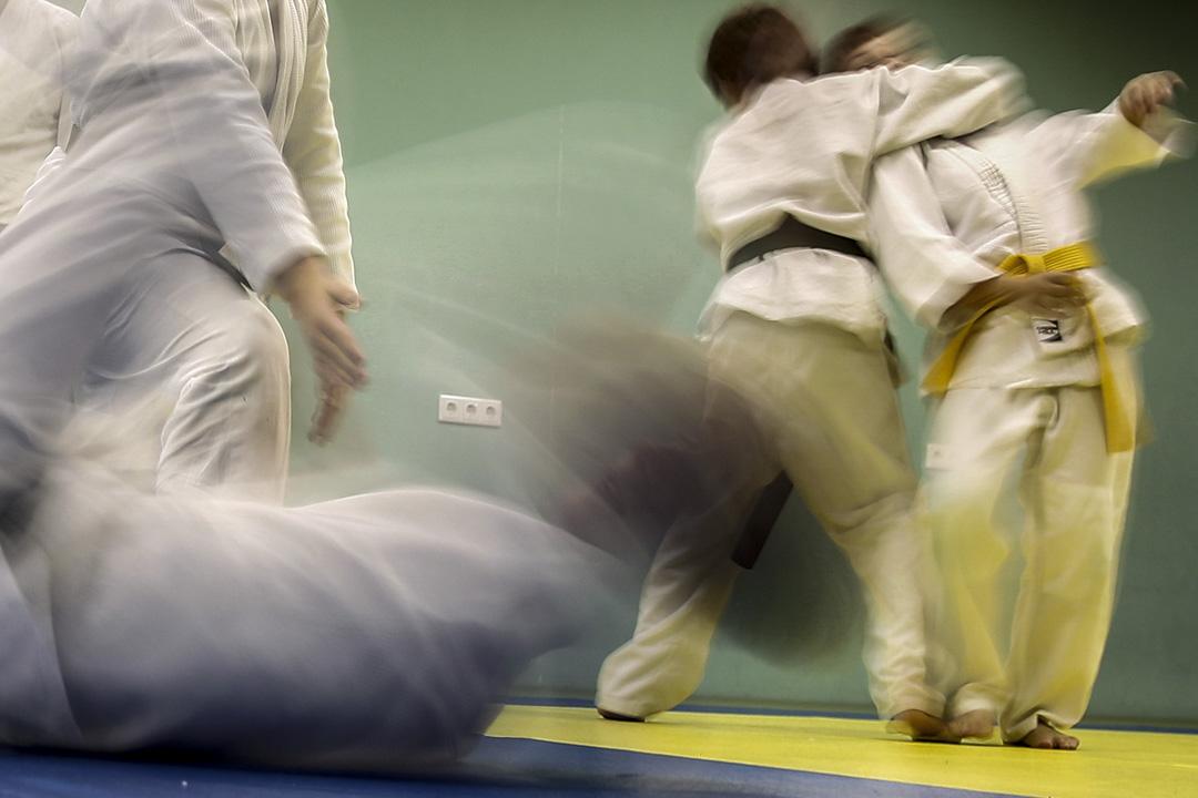 柔道班上的學生正在練習。