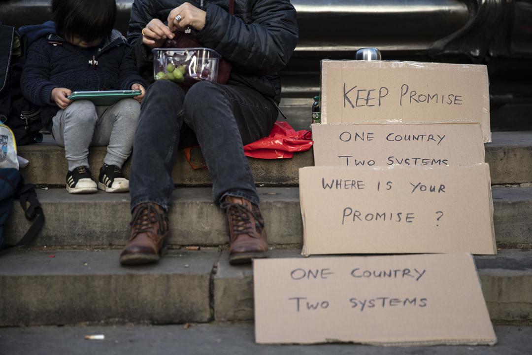 2021年3月1日在英國倫敦皮卡地里廣場,一批身在當地的港人集會,聲援因發起或參與初選而被控《港區國安法》罪名的泛民主派人士。 攝:May James / SOPA Images / LightRocket via Getty Images