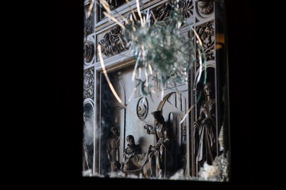 2021年1月7日,美國國會大廈發生暴力衝突後,大廈玻璃門破裂。