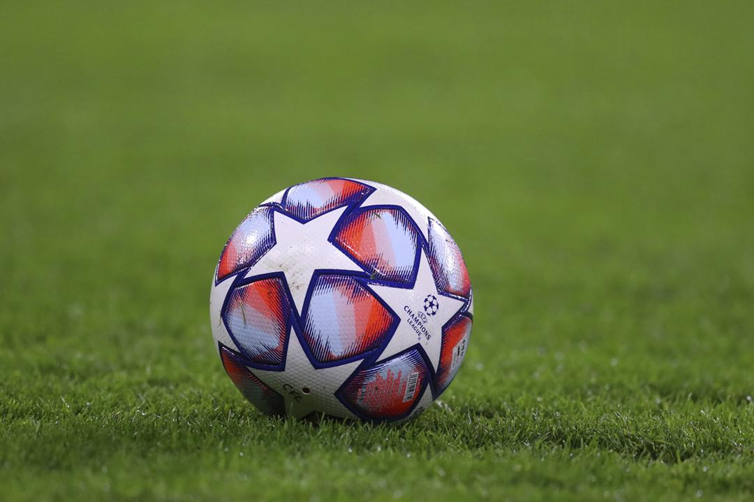 2021年4月18日,歐洲12家球會宣佈就自組「歐洲超級聯賽」(ESL)達成協議,消息迅速引發歐洲、以至國際球壇巨大爭議。圖為2020年12月8日,歐洲聯賽冠軍盃的一個比賽用球。 攝:Catherine Ivill / Getty Images