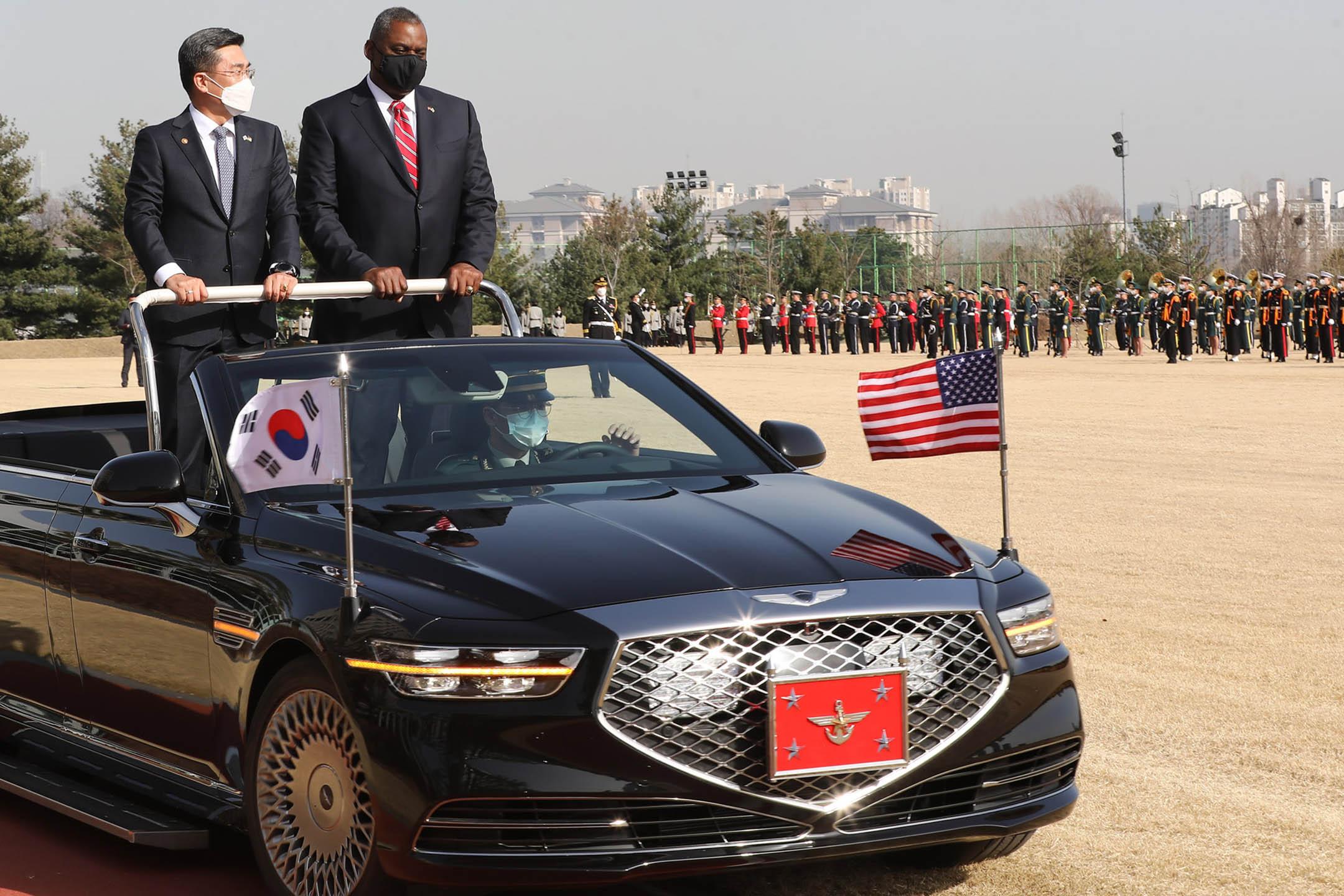 2021年3月17日韓國首爾,國防部的歡迎儀式上,美國國防部長 勞埃德·奧斯丁(右)與韓國國防部長徐旭 進行會談。