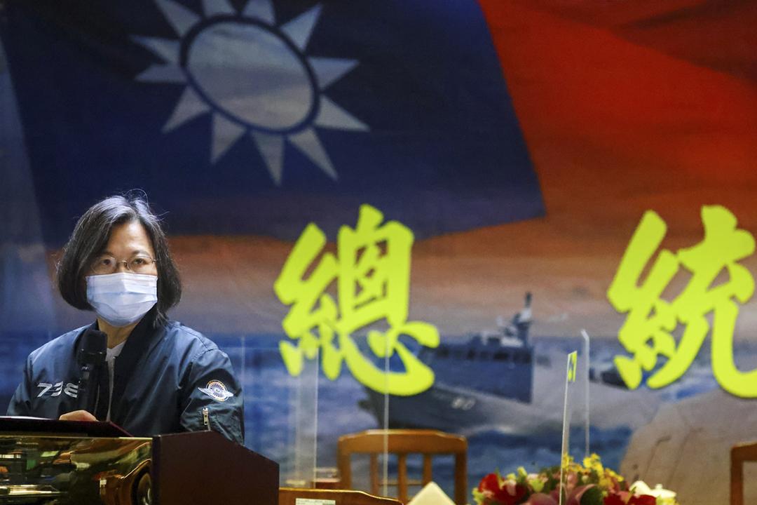 美國傳媒引述消息報道,加拿大政府阻撓哈利法斯國際安全論壇(Halifax Forum)向台灣總統蔡英文頒發「麥凱恩公共服務領導獎」。圖為2021年3月8日,蔡英文在基隆視察海軍131艦隊,期間發表演講。 攝:Ann Wang / Reuters