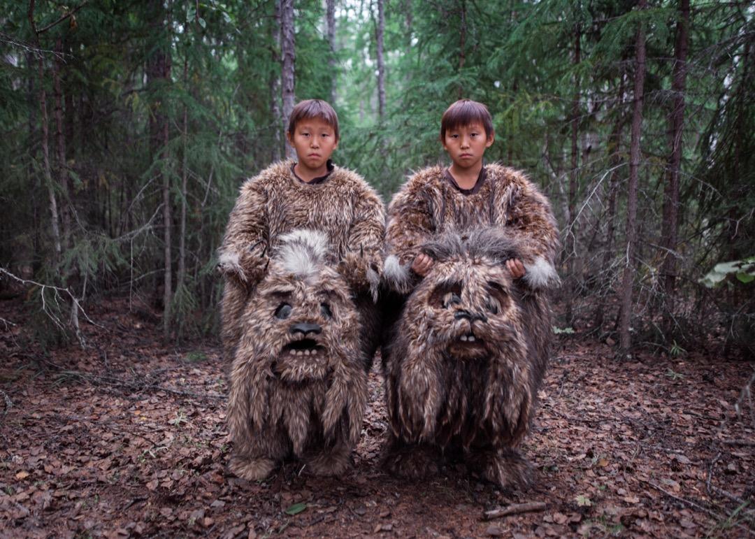 2019年8月9日,俄羅斯西伯利亞東部城市雅庫茨克,雙胞胎男孩 Semyon 與 Stepan 為當地一套童話電影飾演一對棲息在沼澤裏的神獸。