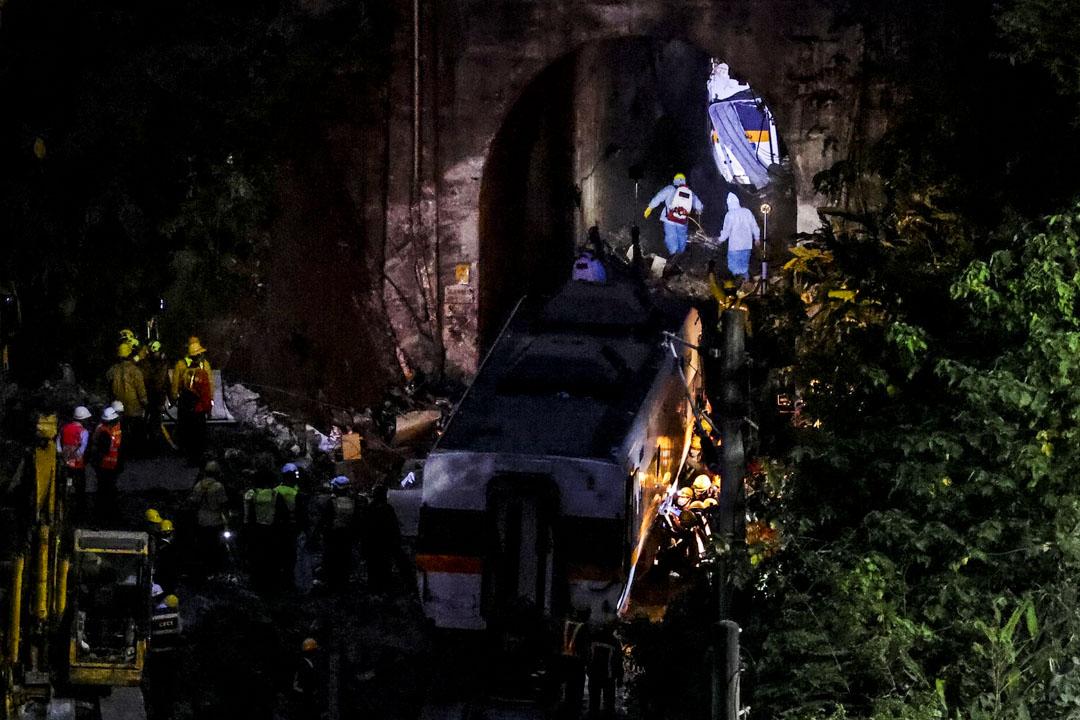2021年4月4日,工程人員在台鐵太魯閣號脫軌事故的現場的隧道內工作。 攝:Ann Wang/Reuters/達志影像