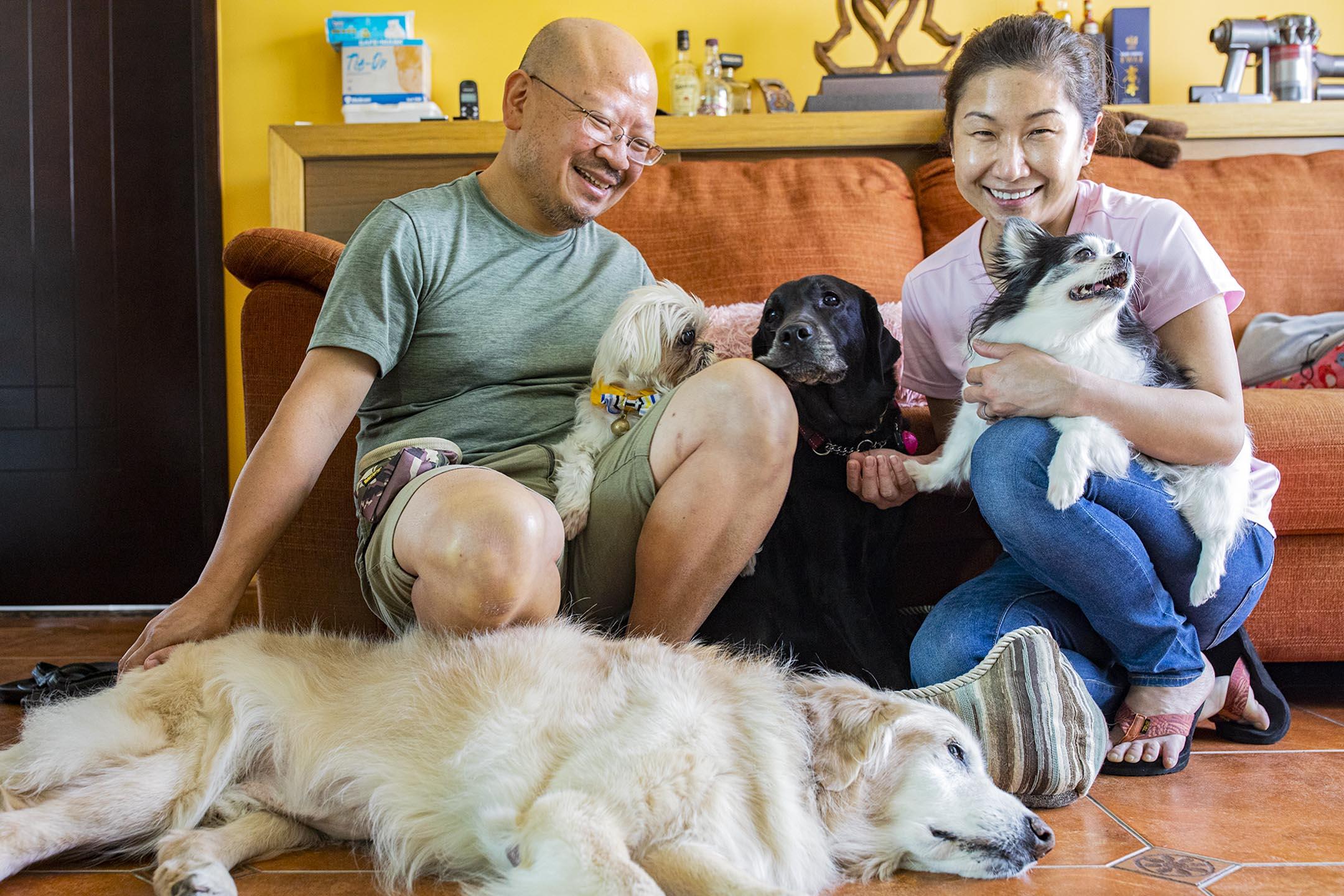 Bonny和Raymond與家中愛犬。