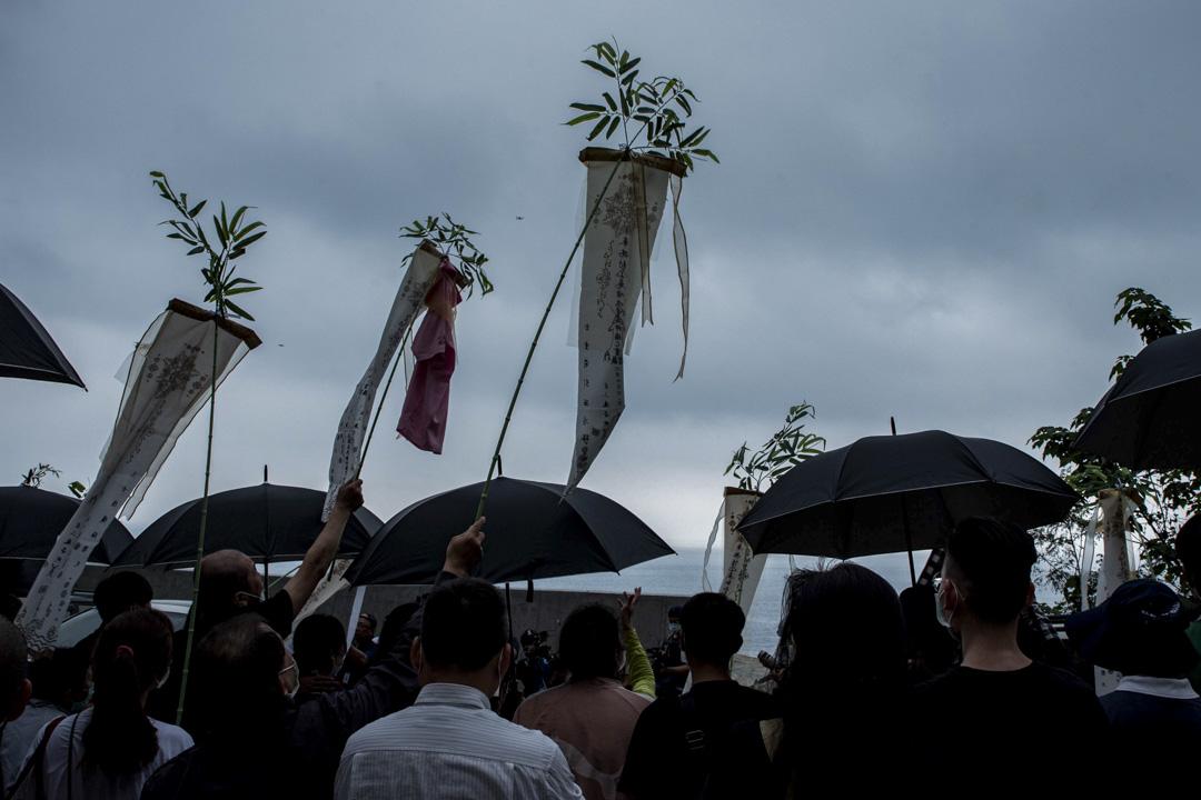 2021年4月3日,罹難者家屬在太魯閣號出軌事故現場進行路祭及招魂儀式,現場氣氛哀傷。 攝:林靜怡/端傳媒