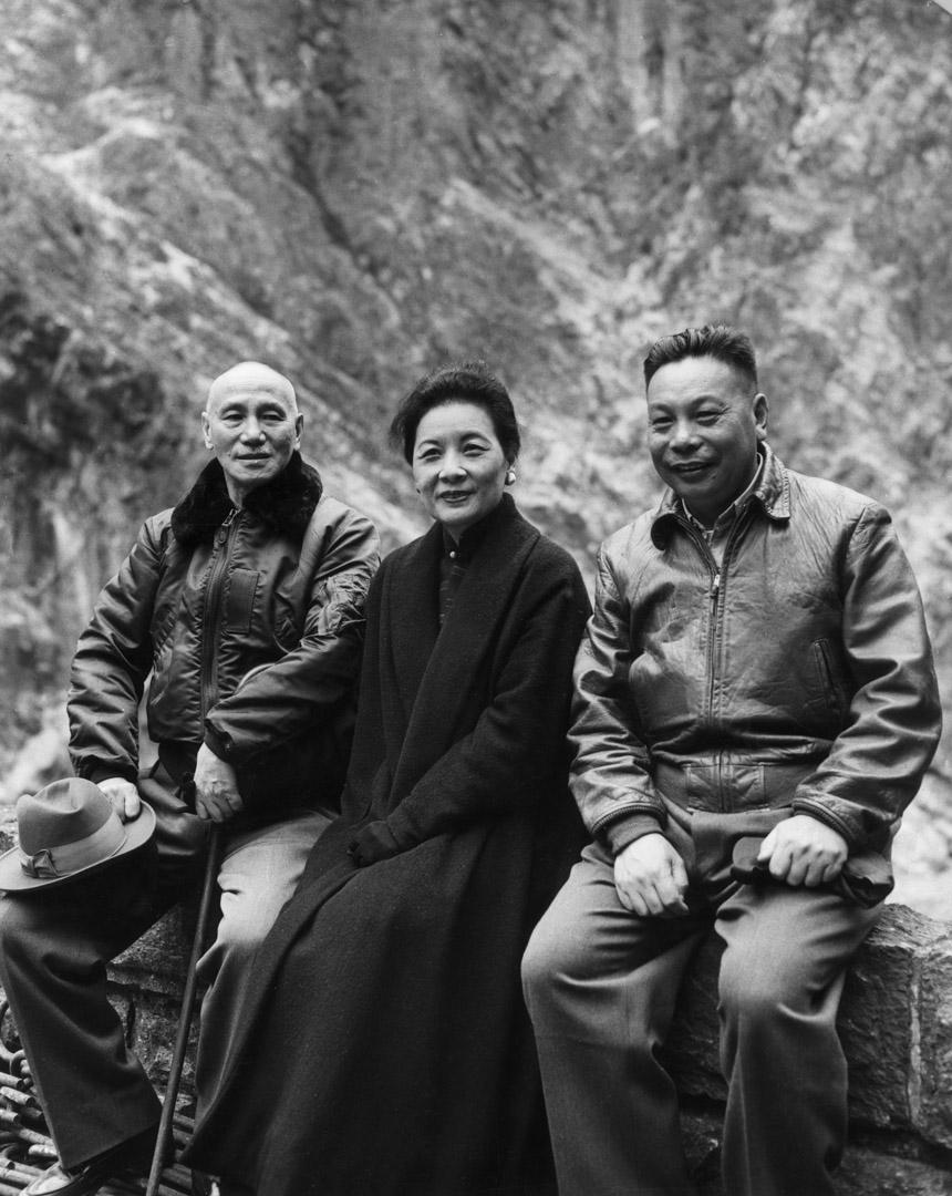 1950年代,蔣經國、父親蔣介石與母親宋美齡。