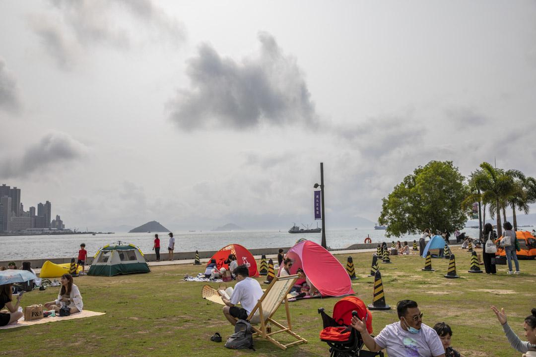 2021年3月29日,西九文化區草地上的市民。