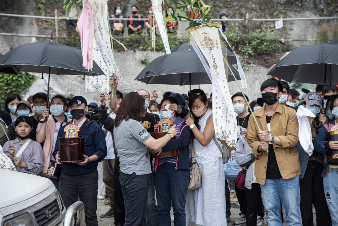 2021年4月3日,罹難者家屬在太魯閣號出軌事故現場進行路祭及招魂儀式,現場氣氛一片哀淒。