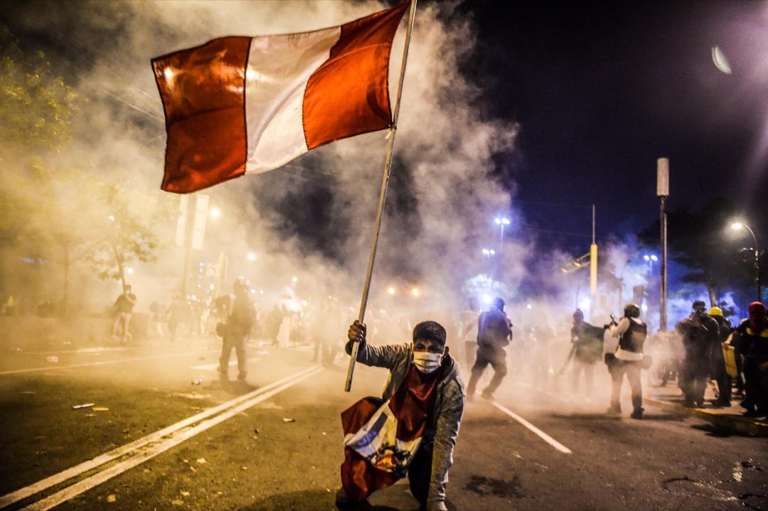 2020年11月14日,秘魯首都利馬,遭罷黜的總統畢斯卡拉的支持者到街頭示威,揮動秘魯國旗。