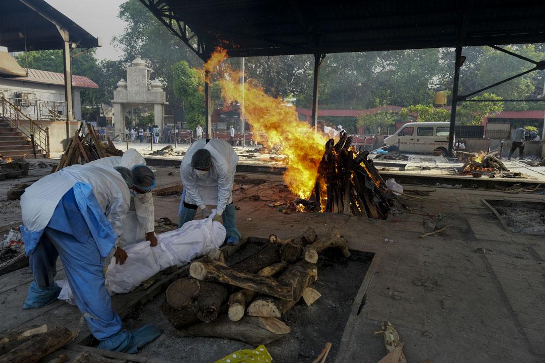 2021年4月19日,印度新德里的一個火葬場將因新冠病毒致死的屍體焚燒。 攝:T. Narayan/Bloomberg via Getty Images