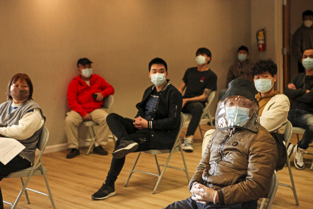 在林瑞煜的大麻投資招商會上,華人投資者都戴著口罩、保持社交距離。
