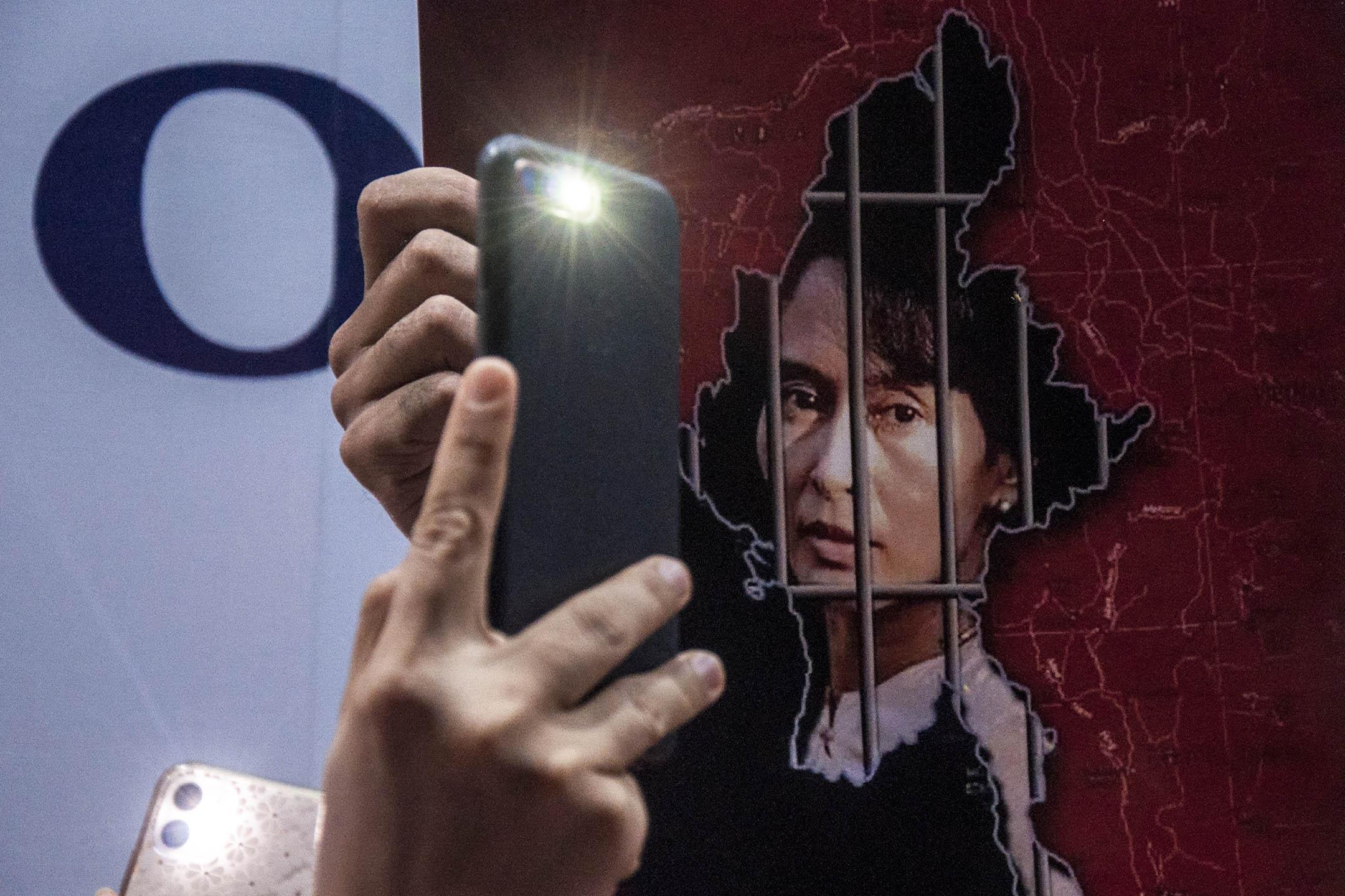 2021年2月4日曼谷緬甸大使館外,居住在泰國的緬甸公民在示威期間使用電話來發光。