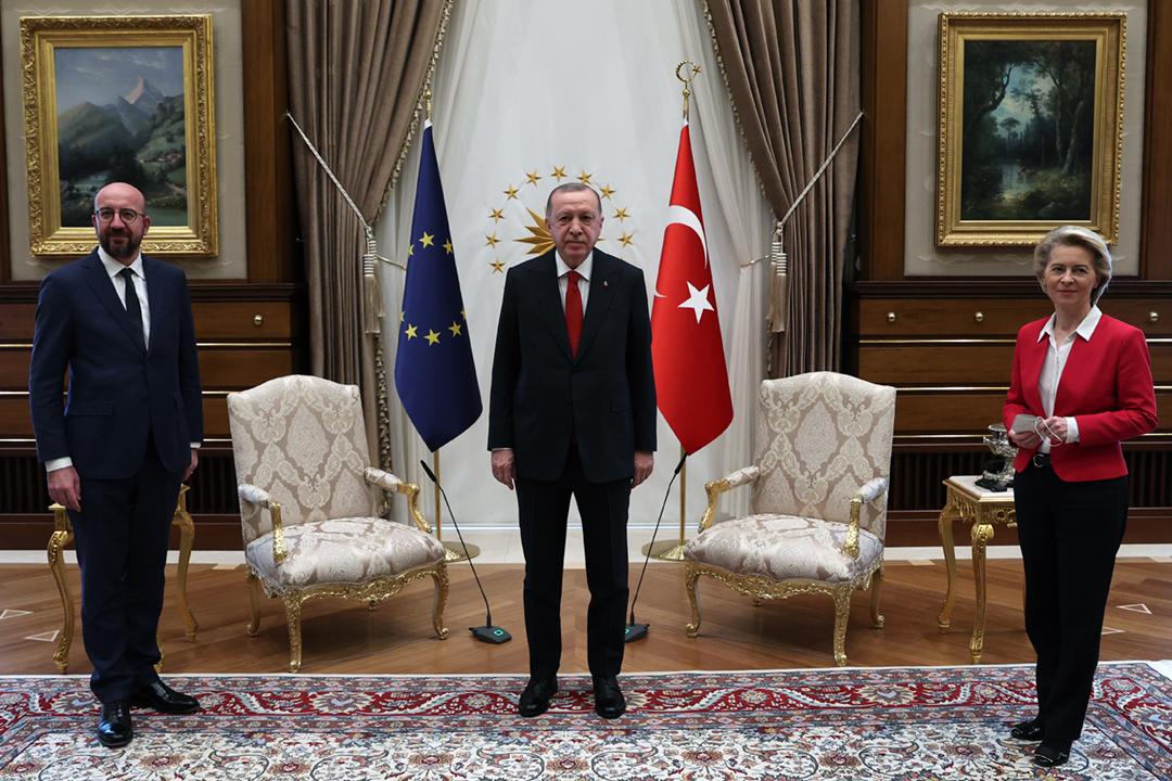 2021年4月6日,土耳其總統埃爾多安(Recep Tayyip Erdoğan) 、歐洲理事會主席米歇爾(Charles Michel) 及歐盟委員會主席馮德萊恩(Ursula von der Leyen)在安卡拉舉行峰會。 攝:Murat Kula / Anadolu Agency via Getty Images